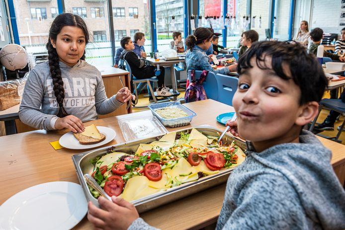 Een gezonde lunch met salades en groenten voor de leerlingen van groep 5, 6 en 7 van basisschool De Stromen.