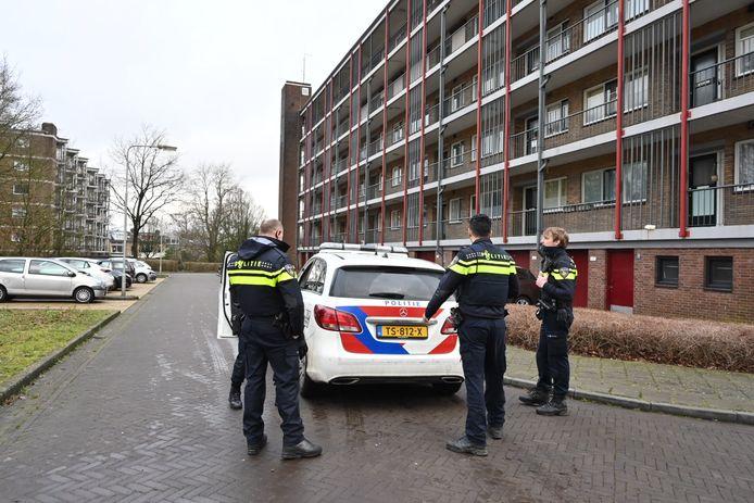 De politie bij de flat waar een antenne van een radiopiraat is gevonden.