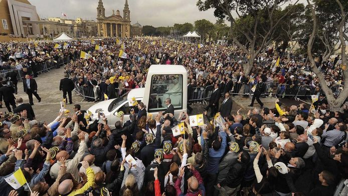 Driekwart van de Maltezers gaat elke zondag naar de kerk dus wanneer de paus hen een bezoek brengt willen ze allemaal vooraan staan om hem toe te juichen. © ANP