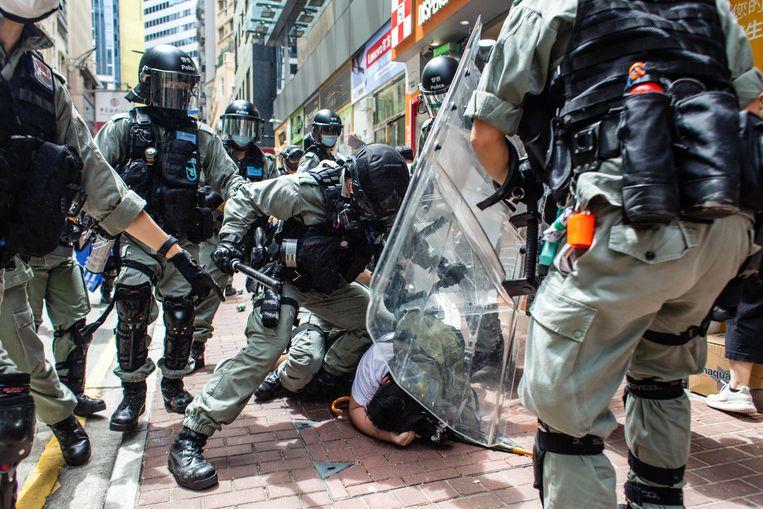 De oproerpolitie in Hongkong arresteert een demonstrant tijdens de protesten op 1 juli, de dag dat de Nationale Veiligheidswet van kracht werd. Beeld Foto Getty