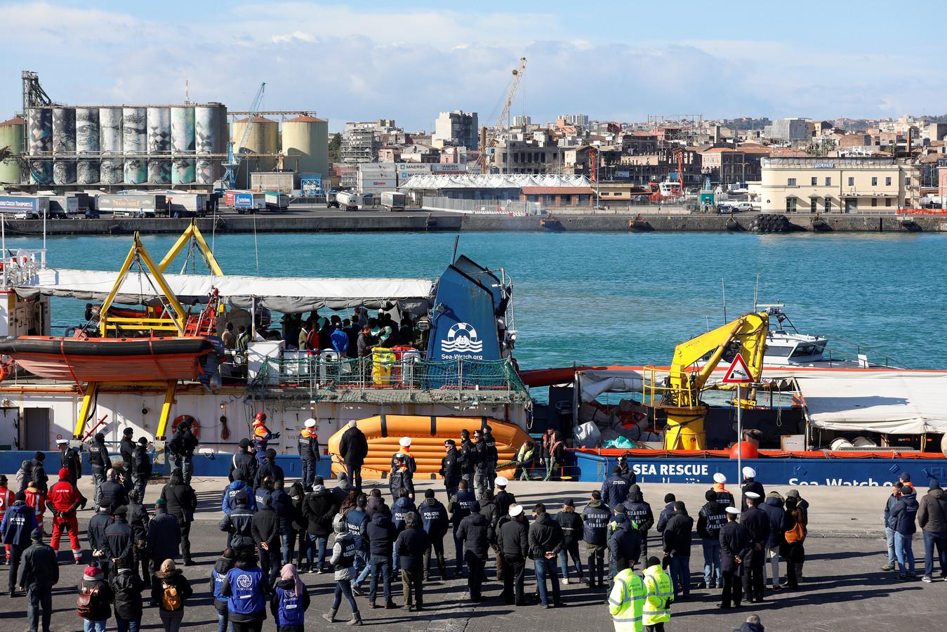 De vluchtelingen worden in Catania opgewacht door de autoriteiten en pers.