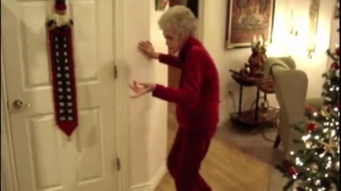 Dansende, bijna dove en blinde oma (90) is YouTubehit