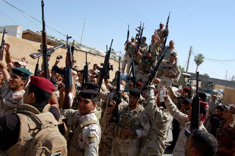 Iraakse militairen vieren de dood van IS-strijders bij Samarra Beeld REUTERS