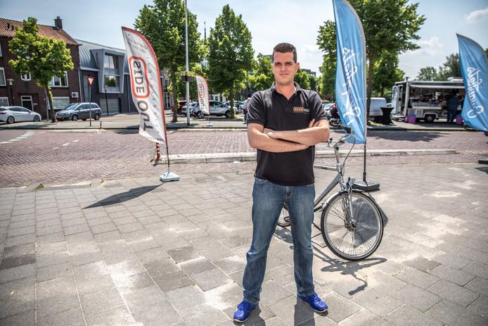 Tjarko Muis van Side Out Indoorsports vreest minder klandizie, doordat de parkeerplaats tegenover zijn winkel aan de Brink in Zwolle in de nabije toekomst flink wordt verkleind.