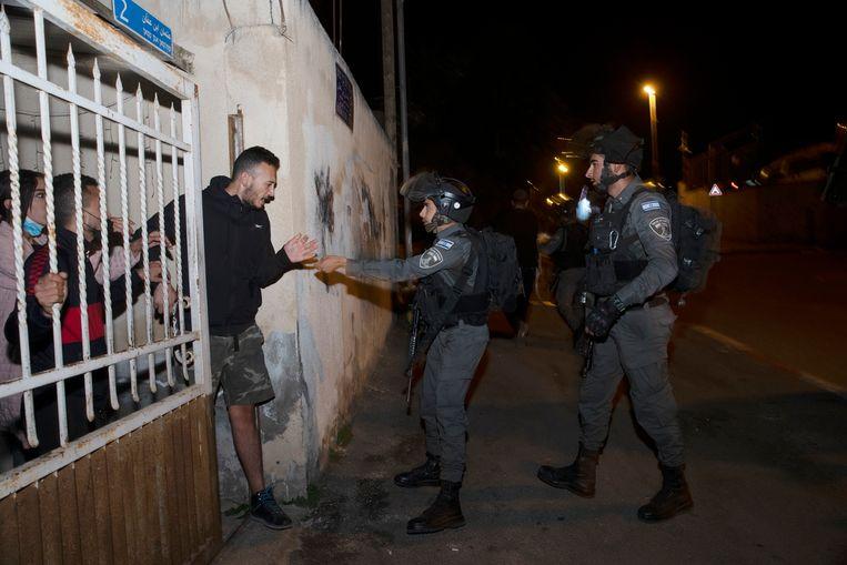 Israëlische grenspolitie voert controles uit in Sheik Jarrah in Oost-Jeruzalem, waar uithuiszetting dreigt voor verschillende Palestijnse families. Beeld AP