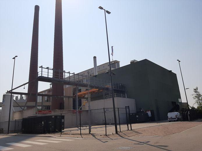 Rechts de biomassacentrale van Ennatuurlijk op Strijp-T in Eindhoven; daarnaast met de schoorstenen de voormalige energiecentrale van Philips die nu in gebruik is als kantoorgebouw.