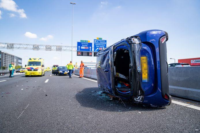 Bij het ongeval viel één auto op zijn kant, de ander sloeg over de kop.