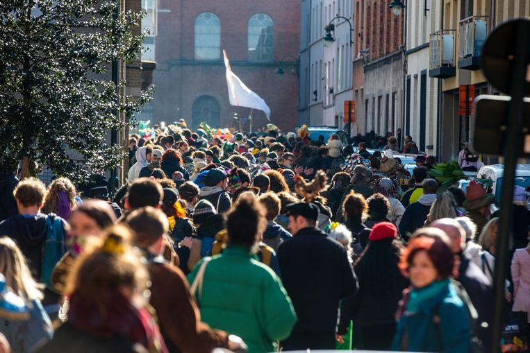 Carnaval Sauvage ontstond spontaan in de Marollen, maar inmiddels trekt een stoet van zowat 700 feestvierders richting Vorst. Beeld BELGIUM