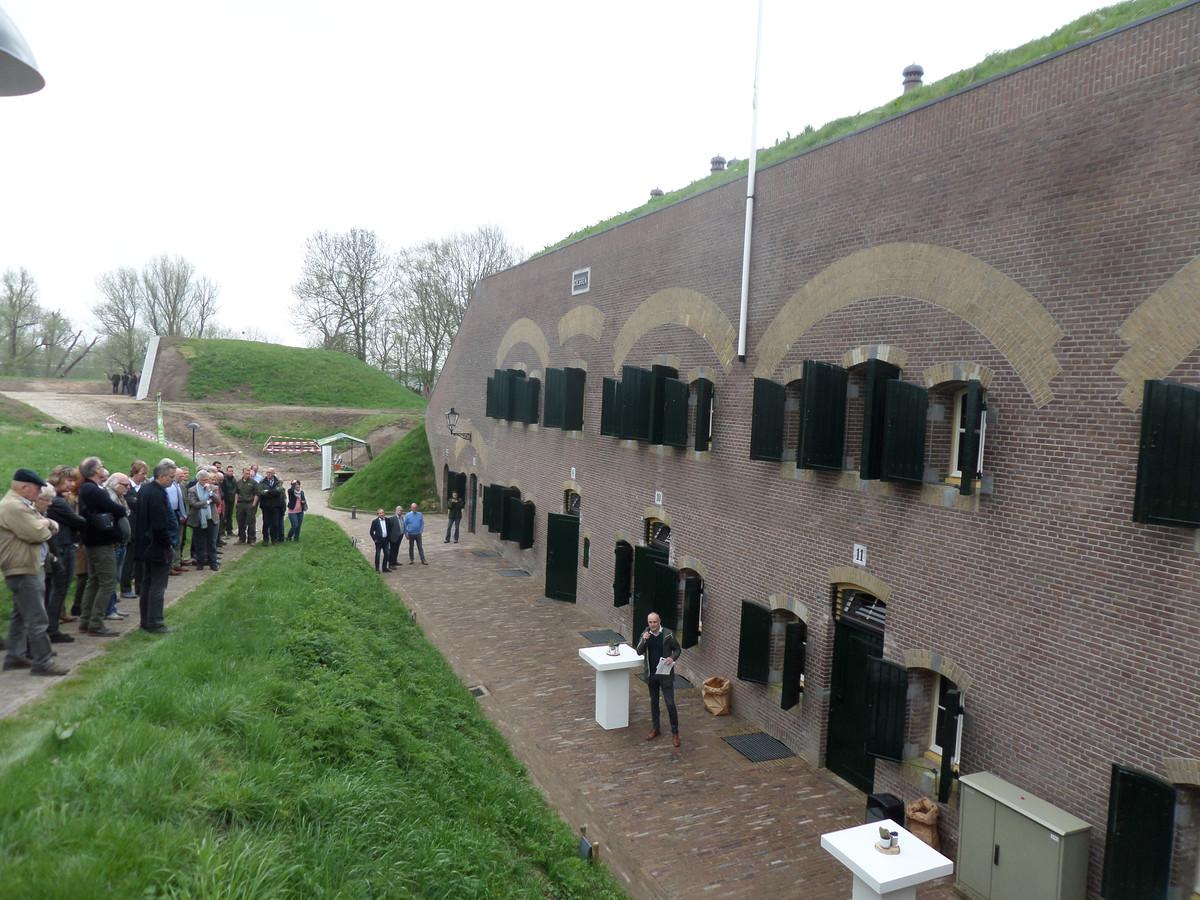 Bezoekers krijgen een toelichting op de restauratie van het fort.