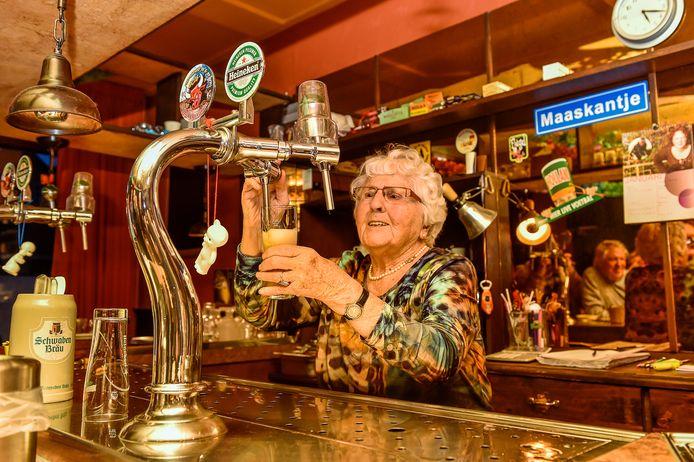 Op haar 95ste verjaardag stond To Hagens-Beijaarts nog één keer achter de tap in het café dat zo lang het hare was: café De Bakker in Moerstraten.