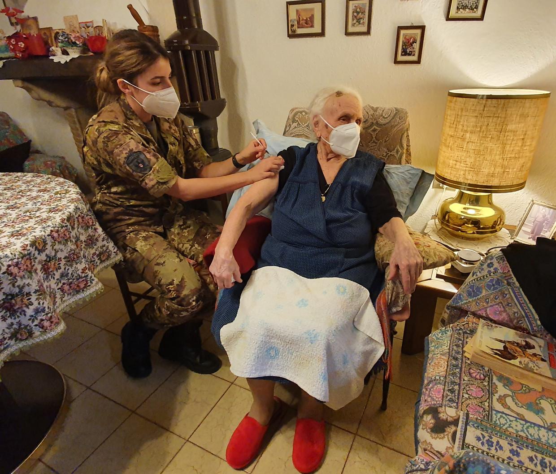 Teodora Di Cristofano (99) krijgt haar prik van legerverpleegster Marotta. Beeld Pauline Valkenet