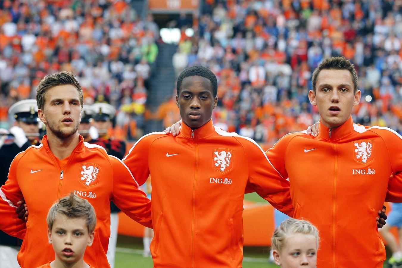 Terence Kongolo (midden) tijdens zijn debuut voor Oranje in mei tegen Ecuador.