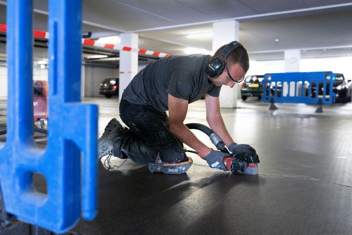 Een vochtweringsbedrijf is al bezig met onderhoud aan parkeergarage Lochtenburg in Schijndel.