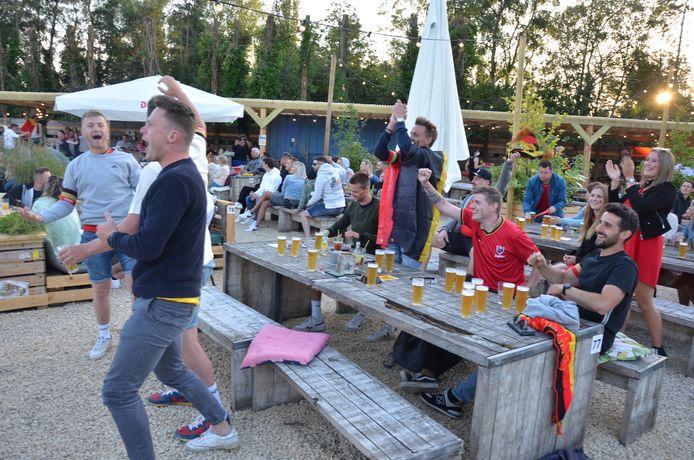 Vreugdetaferelen bij de fans in zomerbar Loko in Lokeren na de goal van Lukaku.