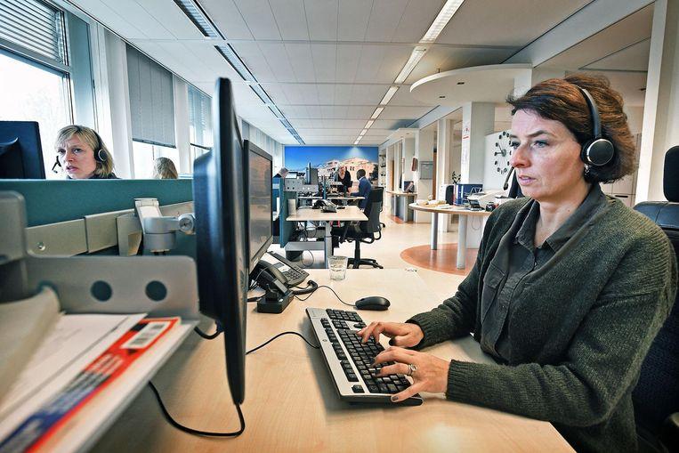 Een triagist aan het werk bij de Haagse huisartsendienst Smash Beeld Guus Dubbelman / de Volkskrant