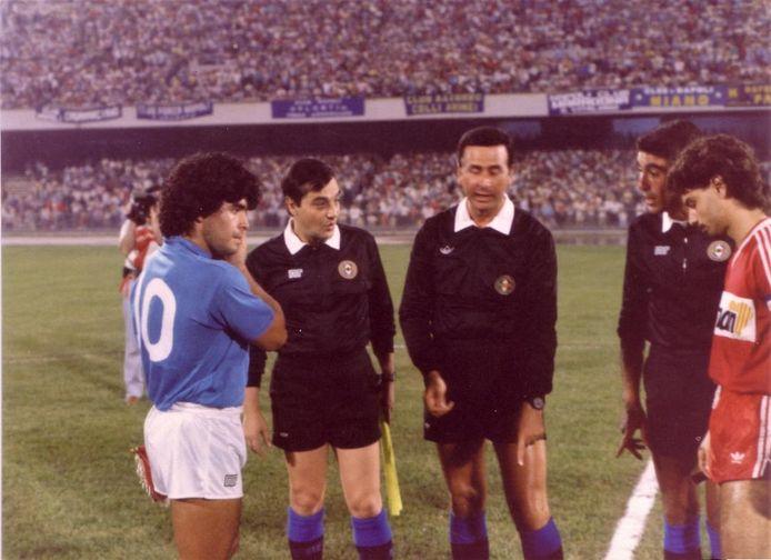 Maradona voor de aftrap met de aanvoerder van FC Twente, Manuel Sanchez Torres