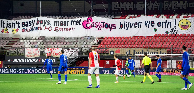De fans van Emmen hebben een spandoek opgehangen dat refereert aan Easytoys, de hoofdsponsor. Het mocht niet baten, Vitesse won eenvoudig en Emmen blijft laatste. Beeld