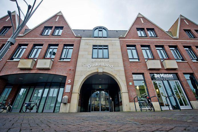 De ingang van het gemeentehuis in Denekamp.