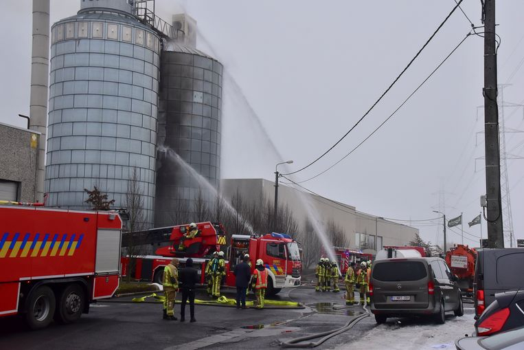 Een stofexplosie, daags na een eerdere brand in een silo van het ramen- en deurenbedrijf Pouleyn in Vichte, eiste een zware menselijke tol.