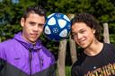 De broers Jermaine (18) en Giannique (16) (met krullen) de Vulder gaan een voetbalavontuur aan op de Azoren, Portugal.