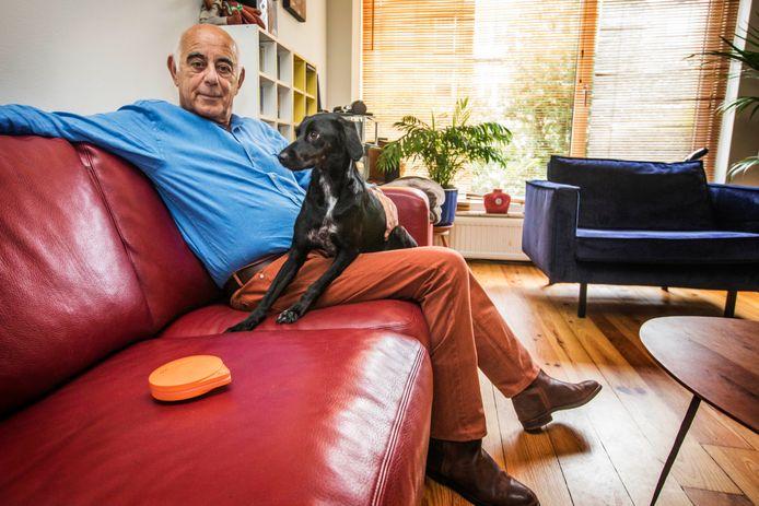 Ad Greaves met zijn hond en een Petaway op de bank.