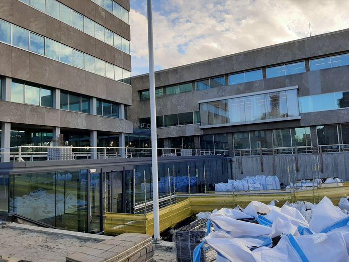 De ingang van het Inwonersplein in de kelder van het Stadhuis van Eindhoven is tot eind april alleen over een tijdelijke loopbrug bereikbaar.
