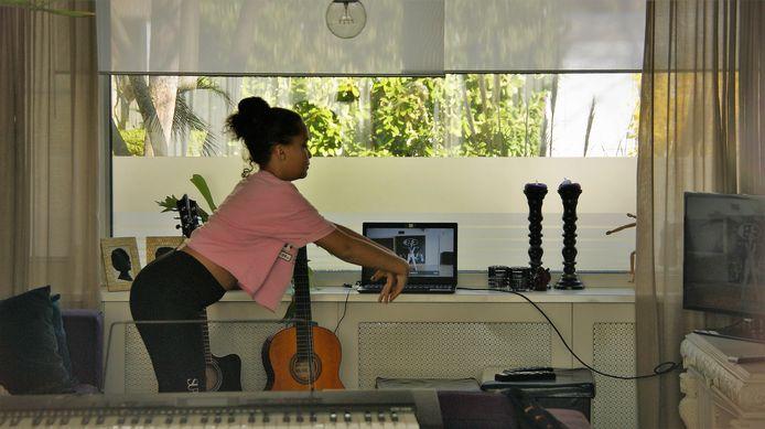 Natasja's dochter Isa danst bij Bruce Dance Factory en doet nu thuis de lessen die haar lerares op Youtube heeft gezet.
