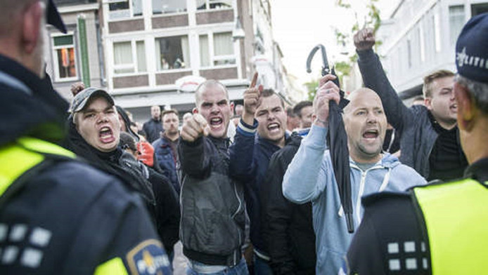 Protest tegen de komst van asielzoekers in Enschede.