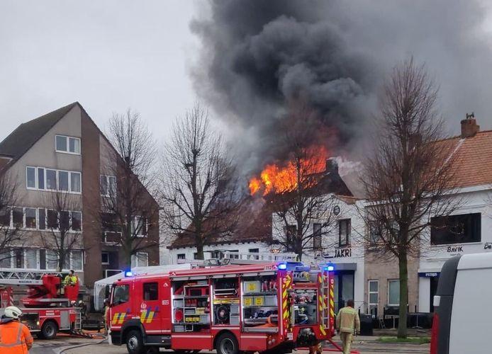 De vlammen sloegen volledig uit het dak toen de brandweer aankwam.