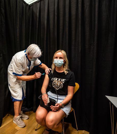 De laatste coronavaccinatie in Rijnstate is voor Aniek: 'Ik kan nu met een veiliger gevoel dicht bij mijn patiënten komen'