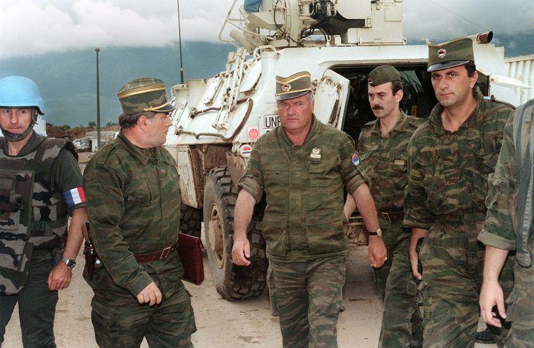 Generaal Ratko Mladic (derde van links) in 1993. Beeld AFP