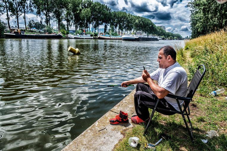 In het weekend zie je veel Oost-Europese vissers aan de kaaien. 'Zij zijn dol op karper.'  Beeld Tim Dirven