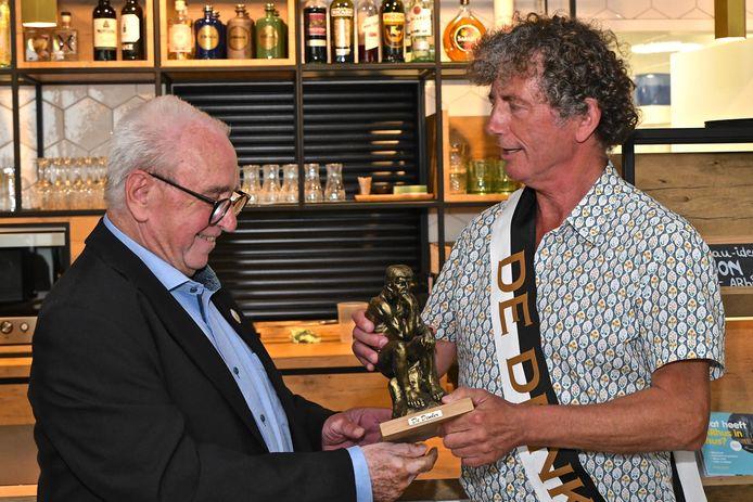 Jos Bogaerts van vzw De Denker overhandigde de prijs aan Stefaan Beel.
