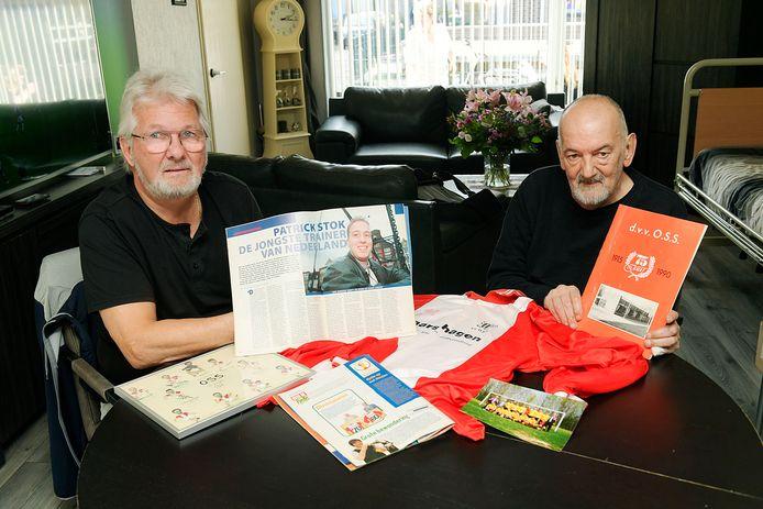 Daaf Stok (links) en Kees Bosua met relikwieën uit het verleden van de Dordtse voetbalvereniging OSS.