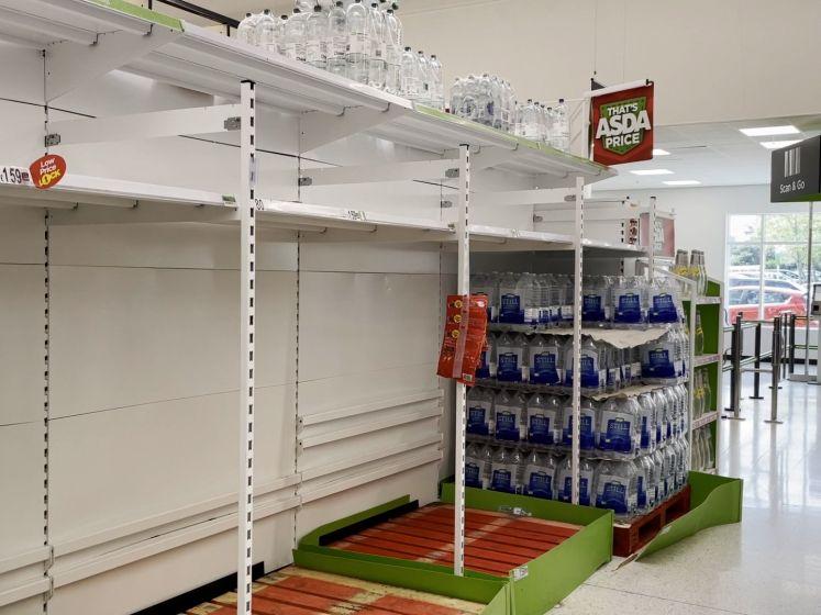 Lege supermarktrekken in VK door besmet personeel