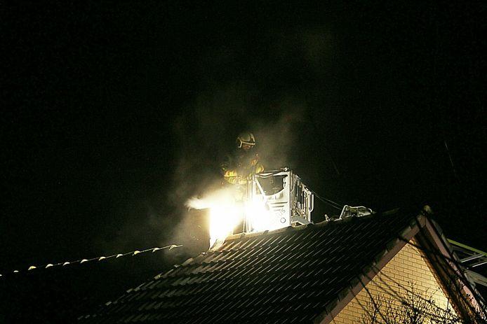 Een brandweerman bestrijdt de brand in Wierden.