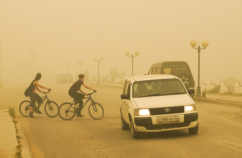 Rook van de natuurbranden hangt in de straten van Jakoetsk, de hoofdstad van de Russische republiek Jakoetië. Beeld Vadim Skryabin/TASS