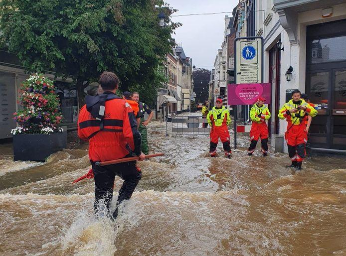 Leden van de reddingsbrigade in Valkenburg, tijdens de overstromingen half juli 2021.