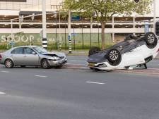 Auto komt op dak terecht bij aanrijding in Schiedam