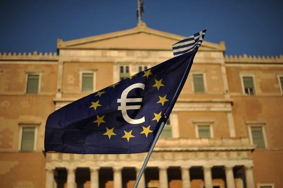 Het Griekse parlement stemde vandaag in met het laatste pakket wettelijke maatregelen dat het land van zijn crediteuren moet doorvoeren. Daaronder vallen bezuinigingen in de pensioenen en de gezondheidszorg.