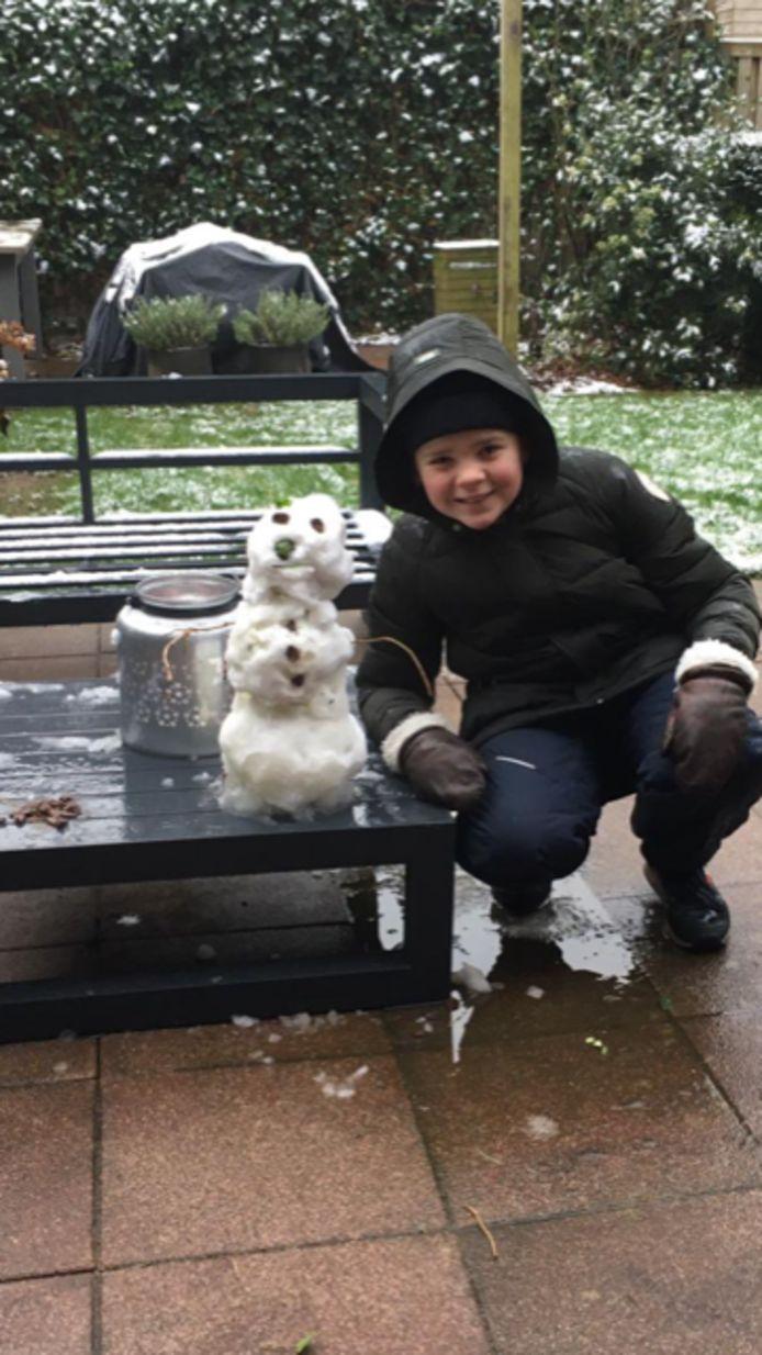 Nog snel even een sneeuwpop in elkaar zetten.
