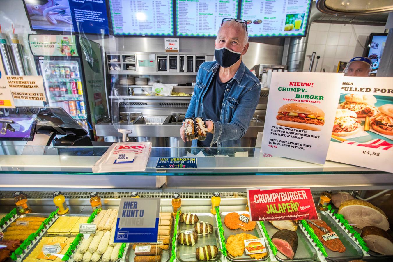 John Mesker van snackbar Die Twee (hij runt de tent samen met zijn vrouw) ontvangt studenten die een vleeskroket of broodje tartaar willen met open armen.