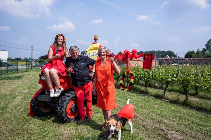 De Herkse familie van wijndomein Caybergh heft alvast het glas op de Rode Duivels, mét hondje Mira in aanwezigheid.