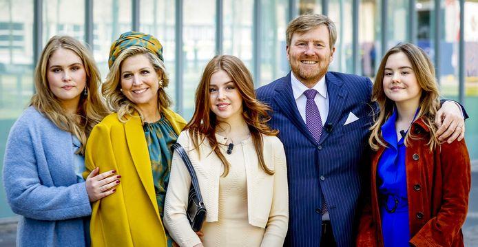 Koning Willem-Alexander en koningin Maxima poseren samen met hun dochters voor een groepsfoto bij vertrek. ANP ROYAL IMAGES KOEN VAN WEEL