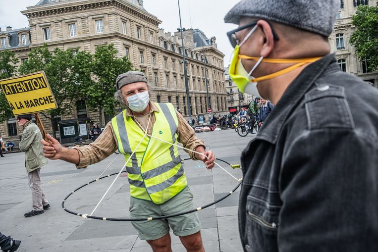 Betoger op de Place de la République met een woordspelerig protestbord. Uit sociologisch onderzoek blijkt dat onder meer veel 'gele hesjes' helemaal niemand meer vertrouwen.   Beeld Joris Van Gennip