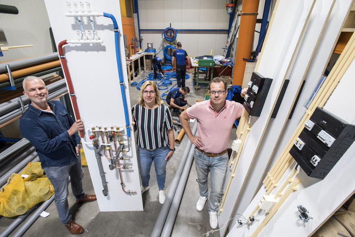 Huisman Installatietechniek bestaat 90 jaar. Bert Geerligs, Marion Drenthen en Jan Peter Huisman in de werkplaats waar de voorproductie plaatsvindt