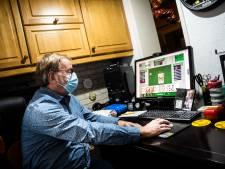 Arnhemmer Jan Kokke klaverjast nu online en heeft de humor en het sociale contact terug in zijn leven