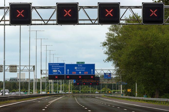 De Nederlandse snelwegen staan vol met zogenoemde matrixborden waarop een rood kruis kan worden afgebeeld, om aan te geven dat de betreffende rijstrook is afgesloten