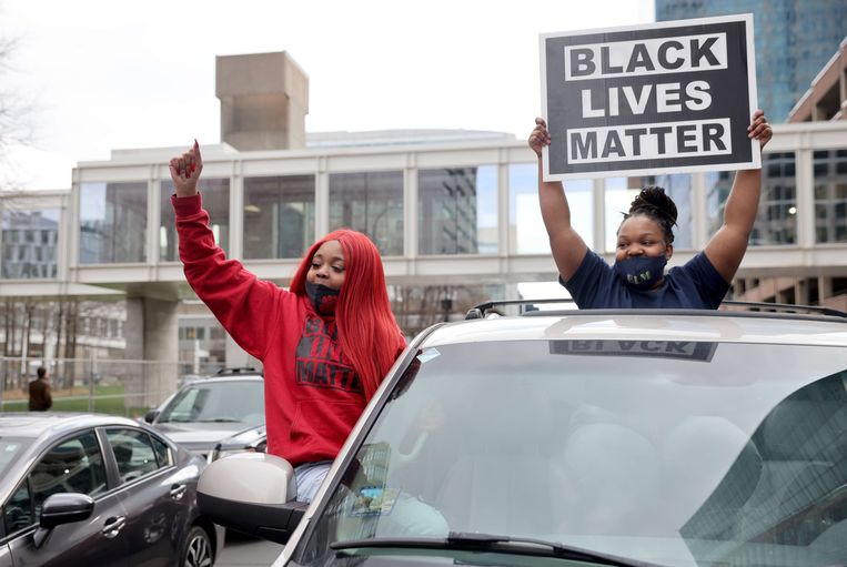 Na het vonnis uitten mensen hun vreugde over de uitspraak buiten de rechtbank en op de plek waar Floyd stierf. Beeld AFP