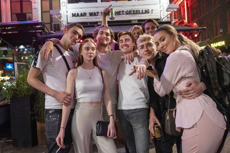 Amsterdamse jongeren hebben plezier op de laatste uitgaansavond, voor de nieuwe beperkingen ingingen.  Beeld ANP